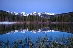 Pré image d'aube de la ligne de partage des eaux et d'un refl de Sprague Lake Image libre de droits