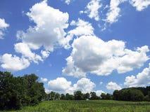 Pré, nuages et ciel Photos stock