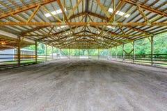 Pré vide avec l'abri dans la ferme de cheval photographie stock libre de droits