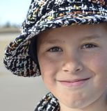 Préadolescent avec le chapeau et l'écharpe tissés photos libres de droits