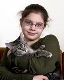 Préadolescent avec le chat Images stock