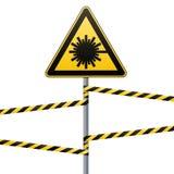 Précaution - sécurité de panneau d'avertissement de danger Danger, rayonnement de laser triangle jaune avec l'image noire connect Photos stock