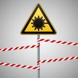 Précaution - sécurité de panneau d'avertissement de danger Danger, rayonnement de laser triangle jaune avec l'image noire connect Image stock