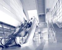 Précipitation de gens sur un mouvement d'escalator brouillé Image libre de droits
