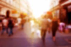 Précipitation de personnes sur la rue Fond de tache floue, defocused Photographie stock libre de droits