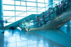 Précipitation de personnes sur le mouvement d'escalator brouillé Image libre de droits