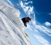 Précipitation de skieur en nuages de poudre de neige Images stock