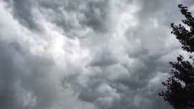 Précipitation foncée de nuages de tempête à travers le ciel clips vidéos