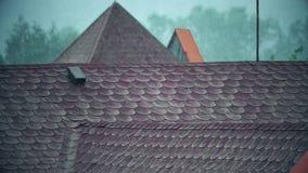 Précipitations au-dessus des toits carrelés inclinés banque de vidéos