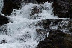 Précipitations de l'eau au-dessus des roches photographie stock libre de droits