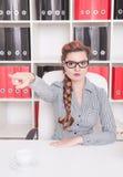 Préciser fâché de patron de femme d'affaires Concept de renvoi Images libres de droits