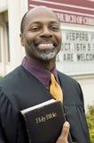 Prédicateur de sourire devant l'église Images stock