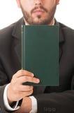 Prédicateur tenant un livre des prières images stock