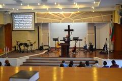 Prédication en église et bible évangéliques Photographie stock libre de droits