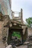 Prédio da escola coberto de vegetação abandonado velho Imagens de Stock Royalty Free