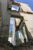 Prédio da escola coberto de vegetação abandonado velho Fotografia de Stock