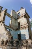Prédio da escola coberto de vegetação abandonado velho Fotos de Stock