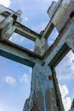 Prédio da escola coberto de vegetação abandonado velho Foto de Stock Royalty Free