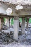 Prédio da escola coberto de vegetação abandonado velho Fotografia de Stock Royalty Free