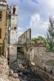 Prédio da escola coberto de vegetação abandonado velho Imagens de Stock