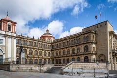 Prédio da escola perto do quadrado de Bolivar - Bogotá, Colômbia imagens de stock royalty free