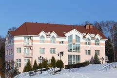 Prédio de apartamentos agradável no tempo de inverno Foto de Stock Royalty Free