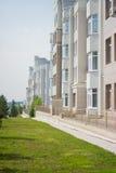 Prédio de apartamentos branco do multi-andar Fotografia de Stock