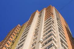 Prédio de apartamentos com os condicionadores contra o céu azul fotografia de stock royalty free