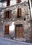 Prédio de apartamentos de pedra velho Europa Fotos de Stock Royalty Free