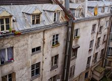 Prédio de apartamentos do estilo antigo com trapeira Windows, Paris, França Foto de Stock