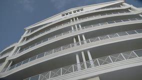 Prédio de apartamentos do recurso com céu azul vídeos de arquivo