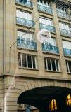 Prédio de apartamentos luxuoso com decorações do Natal Fotografia de Stock