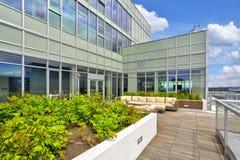 Prédio de apartamentos luxuoso com a sala de estar do céu no telhado Fotografia de Stock Royalty Free