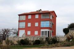 Prédio de apartamentos mediterrâneo fechado para o inverno Fotos de Stock