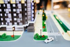 Prédio de apartamentos modelo de Residential com um território, um mastim e um carro bonitos bem arrumados da casa fotografia de stock royalty free