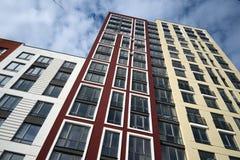 Prédio de apartamentos moderno ascendente alto em um distrito residencial Fotografia de Stock