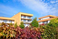 Prédio de apartamentos moderno com balcões fotografia de stock