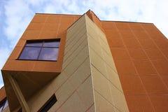 Prédio de apartamentos moderno com a construção de apartamentos dos balcões residencial Imagens de Stock Royalty Free