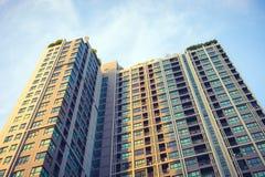 Prédio de apartamentos moderno exterior com céu azul fotos de stock