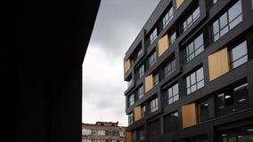 Prédio de apartamentos moderno, luxuoso contra o céu azul footage Prédio de escritórios moderno video estoque