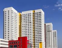 Prédio de apartamentos moderno novo de vários andares contra o céu azul Bloco de planos vivo à moda Bloco de apartamentos recente fotografia de stock
