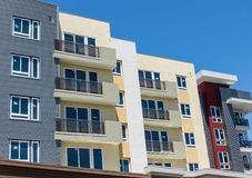Prédio de apartamentos novo Fotos de Stock Royalty Free