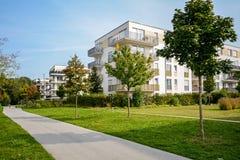 Prédio de apartamentos novo - desenvolvimento residencial moderno em um pagamento urbano verde Fotos de Stock Royalty Free