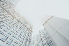 Prédio de apartamentos residencial contemporâneo branco do arranha-céus, corpo dois de abrigo Foto de Stock
