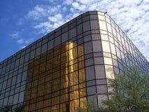 Prédio de escritórios 3 do ouro fotografia de stock royalty free