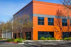Prédio de escritórios alaranjado colorido da história do canto dois Foto de Stock Royalty Free