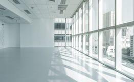 Prédio de escritórios brilhante da parede de vidro com opinião da cidade Fotografia de Stock Royalty Free