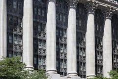 Prédio de escritórios com colunas imagens de stock