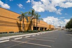 Prédio de escritórios com espaços de estacionamento Imagens de Stock