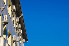 Prédio de escritórios com lotes dos condicionadores de ar em uma parede Fotos de Stock